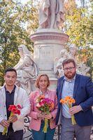 """Beatrix von Storch legt gemeinsam mit Vorstandsmitgliedern der JA Berlin Blumen am Goethe-Denkmal in Berlin nieder. /  Bild: """"obs/AfD - Alternative für Deutschland"""""""