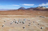 Die ALMA-Anlage aus der Vogelperspektive Quelle: Foto: Clem & Adri Bacri-Normier (wingsforscience.com)/ESO (idw)