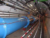Tunnel des Grossen Hadronen-Speicherrings (LHC) der Europäischen Organisation für Kernforschung ((Französisch: Organisation Européenne pour la recherche nucléaire), bekannt als CERN) mit all den Magneten und Instumenten. Der hier gezeigte Teil des Tunnels befindet sich unter dem LHC P8, in der Nähe des LHCb. Bild: Julian Herzog / de.wikipedia.org
