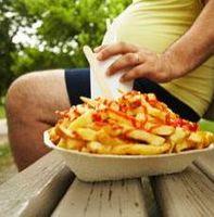 Essen im Überfluss: BMI steigt ständig. Bild: Peter Reali/Plainpicture
