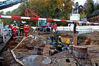 Die Einsatzstelle in der Totale. Mit einer Rettungswindel wurde der Patient mit Hilfe der Drehleiter aus der vier Meter tiefen Grube gerettet. Bild: Mike Filzen