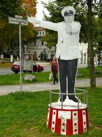 Heinz-Erhardt-Denkmal am Heinz-Erhardt-Platz in Göttingen als Szene im Film Natürlich die Autofahrer