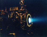 Testlauf eines Xenon-Ionentriebwerks der NASA