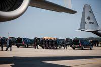 MH17: Ein Sarg wird am Flughafen Eindhoven zum Leichenwagen getragen.