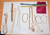 Diese Schmuckstücke wurden von der Polizei Kusel sichergestellt. Wem gehören sie? Bild: Polizei