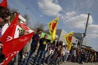 """Die Menschenkette """"KettenREaktion"""" der Initiative .ausgestrahlt am AKW in Krümmel. FotografIn: Andreas Conradt / PubliXviewinG"""