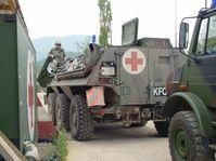 Sanitätsfahrzeug während KFOR