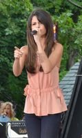 Gomez singt Love You Like a Love Song in der Fernsehsendung Good Morning America im Juni 2011