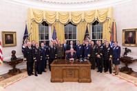 Präsident Donald J. Trump mit Militärs bei einem Treffen im Weißen Haus am 6.10.2017 (Archivbild)