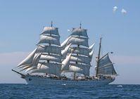 Die GORCHFOCK trifft im Nordatlantik auf das Kolumbianische Segelschiff Gloria. Bild: Marine