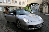 """Michael liebt schnelle Autos und das schnelle Fahren, das hat ihn den Führerschein gekostet. Um seine Tochter wieder im Sportwagen mitnehmen zu können, muss er den """"Idiotentest"""", die Medizinisch-Psychologische-Untersuchung (MPU), bestehen. Bei einem ersten Anlauf ist der Unternehmer durchgefallen. Bild: ZDF und J. Michael Schumacher"""