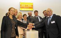 Den Startschuss für den Protonenbeschleuniger im Neubau des OncoRay-Zentrums geben (v.l.n.r.) Sachse Quelle: Foto: OncoRay / Matthias Rietschel (idw)