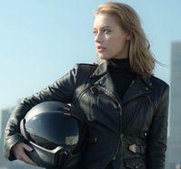 Motorradfahrerin: Neuer Helm hat viele Features. Bild: crosshelmet.com