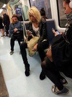 Handys in der U-Bahn: Risiko für die Nutzer. Bild: Stig Nygaard, flickr.com