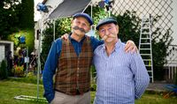 Horst Lichter (r.) besucht Schauspieler Oliver Stokowski (l.) am Set.  Bild: ZDF Fotograf: Willi Weber