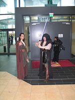 Jedis bewachen den Ausgang. Anja Schmitt (Hintergrund) konnte sich unerkannt vorbeischleichen.