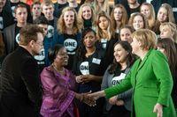 Bundeskanzlerin Angela Merkel empfängt ONE-Jugendbotschafter, ONE-Mitbegründer Bono und die ehemalige Afrika-Direktorin von ONE, Sipho Moyo
