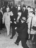 Jack Ruby erschießt Lee Harvey Oswald.