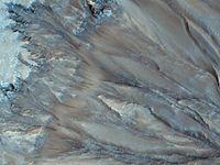 Dunkle Fliessspuren, wie hier im Palikir Krater, bilden sich in jedem Mars-Frühjahr. Sie gelten als Quelle: Bild: NASA/JPL/University of Arizona (idw)