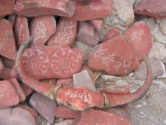 Tibetische Buddhisten ritzen Mantra als eine Form der Meditation oft in Steine.