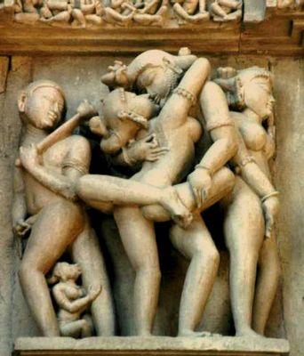 Erotische Skulpturen an einem Tempel.