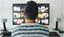 Mann vordem Fernseher
