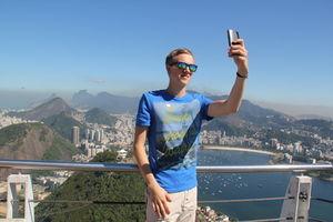 Aufnahme eines Selfies vor Urlaubskulisse.