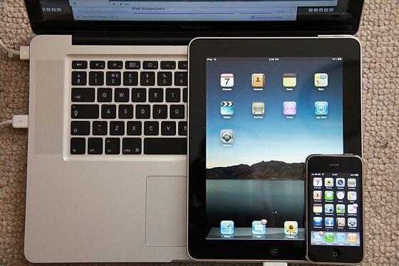 iPad, iPhone und MacBook Pro. Bild: Jon Mountjoy / de.wikipedia.org