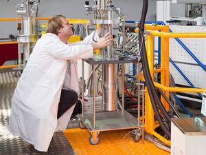 Forscher bei der Arbeit am TOFTOF-Flugzeitspektrometer.