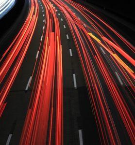 Lichter: laute Autobahn in der Nacht.