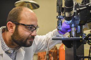 Forscher Arda Gozen bei der Prüfung eines gedruckten Sensors.