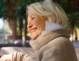 Glückliche Dame: geringere Erwartung - mehr Glück. Bild: pixelio.de/R. Sturm