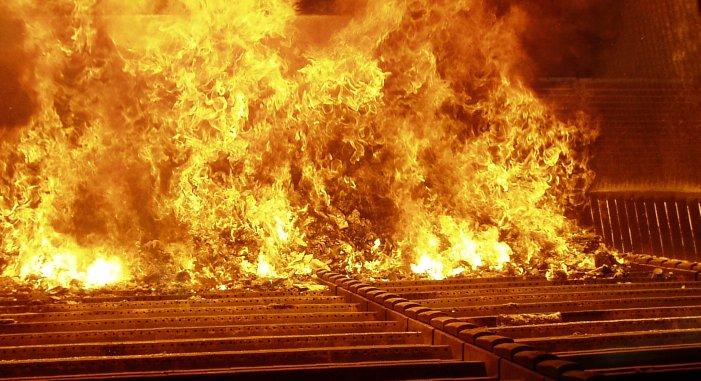 Müllverbrennung auf einem Treppenrost (Symbolbild)