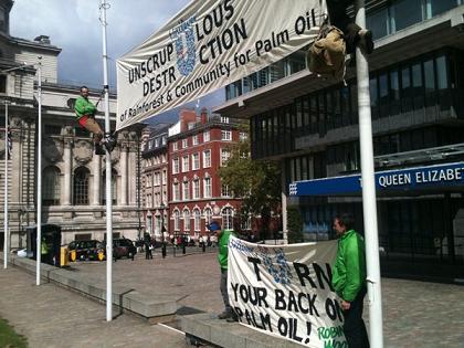 Botschaft von ROBIN WOOD an die Unilever-AktionärInnen in London. Bild: ROBIN WOOD
