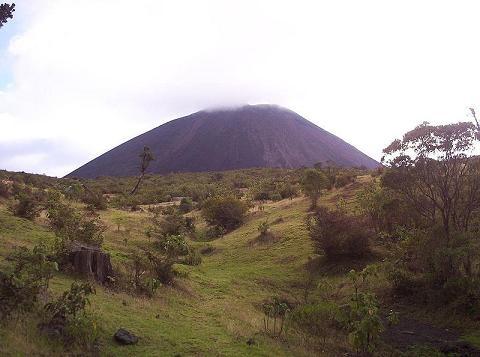 Der Pacaya ist einer der aktivsten Vulkane der Welt. Er liegt südlich von Guatemala-Stadt, seine Eruptionen können meistens von dort beobachtet werden.  Bild: de.wikipedia.org