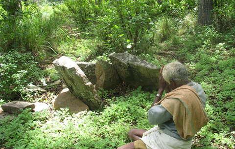 Ein Soliga betet an einer der 487 heiligen Stätten im Rangaswamy Temple Schutzgebiet. Bild: Atree/Survival