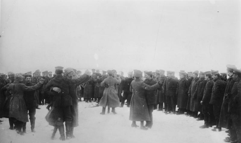 Verbrüderungsszene: Russische und deutsche Soldaten feiern das Ende des Krieges an der Ostfront (1918)