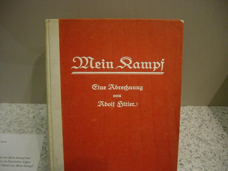 Deutsche Erstausgabe des ersten Bandes von Mein Kampf, Juli 1925. Ausstellungsstück des Deutschen Historischen Museums in Berlin. Bild: wikipedia.org