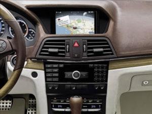 Display im Auto: Infotainment bei der Fahrt wird immer selbstverständlicher. Bild: Mercedes