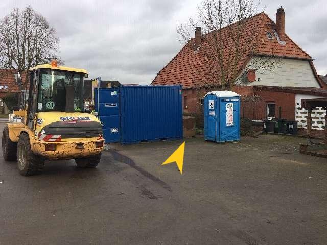 An der markierten Stelle stand der Rüttler, der Radlader wurde davor abgestellt. Bild: Polizei