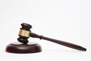 Gerichtshammer: kleine Delikte via Skype verhandelt. Bild: Reckmann/pixelio.de