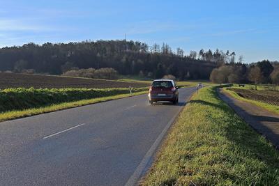 Landstraße: Ohne Auto können viele nicht zur Arbeit oder zum Einkaufen kommen da der Öffentliche Nahverkehr immer noch zu schlecht ist. (Symbolbild)