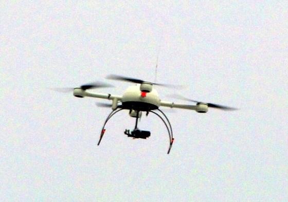 Polizei-Drohne Sensocopter während eines Einsatzes in Dresden. Bild: Paulae - Lizenziert unter CC BY 3.0 über Wikimedia Commons