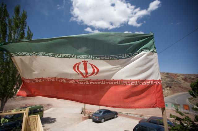 Iranische Flagge in einem Bergdorf