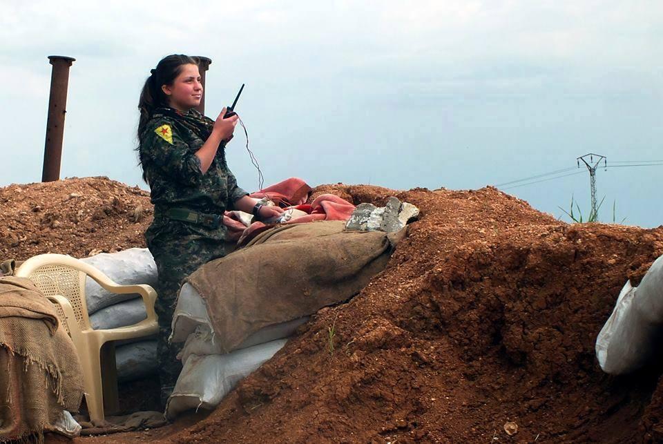 YPJ-Kämpferin, während des Kampfes gegen IS (Symbolbild)