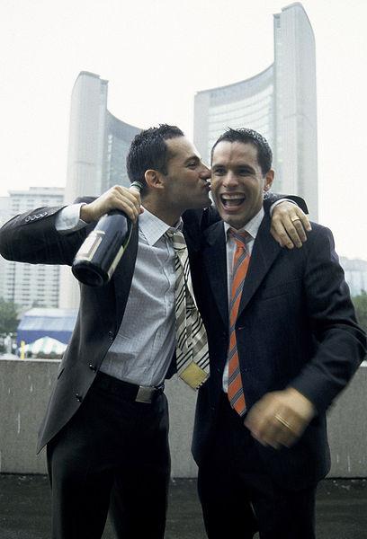 Hochzeit von Mathieu Chantelois und Marcelo Gomez in Toronto, eine der ersten gleichgeschlechtlichen Ehen in Kanada. Bild: wikipedia.org