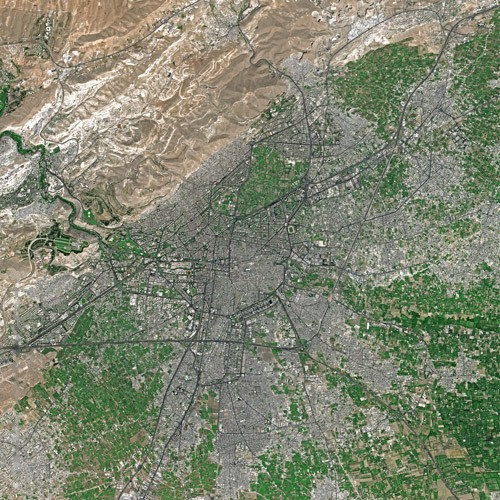 Satellitenaufnahme von Damaskus und Umgebung. Im Norden hebt sich der kahle Dschabal Qāsiyūn von den grünen Feldern der Ebene ab.