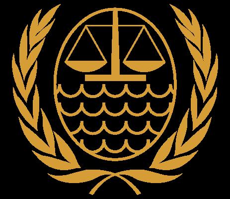 Logo des Internationalen Seegerichtshofs: Er ist ein internationales Gericht, das auf der Grundlage des Seerechtsübereinkommens (SRÜ) der Vereinten Nationen von 10. Dezember 1982 als selbständige Organisation im UN-System tätig ist. Das Übereinkommen trat am 16. November 1994 in Kraft und der ISGH wurde am 1. Oktober 1996 mit Sitz im Hamburger Stadtteil Nienstedten gegründet. Auf den Standort Hamburg hatte sich die UN-Seerechtskonferenz bereits am 21. August 1981 in Genf geeinigt.[1] Dem ISGH wurde mit der UN-Resolution 51/204 vom 17. Dezember 1996 Beobachterstatus bei der Generalversammlung der Vereinten Nationen zugesprochen und somit die Teilnahme an Sitzungen der Generalversammlung garantiert, wenn Themen behandelt werden, die den Seegerichtshof betreffen.