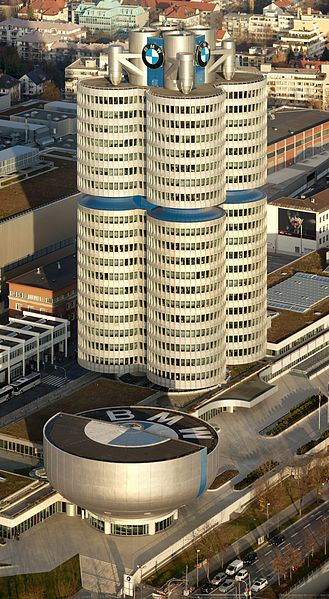 """""""Vierzylinder"""" – BMW-Hauptsitz in München. Bild: Markus Matern / wikipedia.org"""