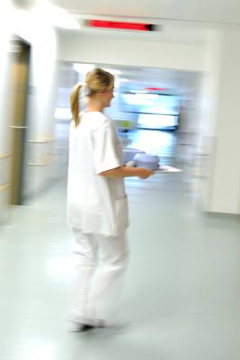 Eine Krankenschwester im typischen Dauerstress und mit vernachläßigbarer Vergütung (Symbolbild)